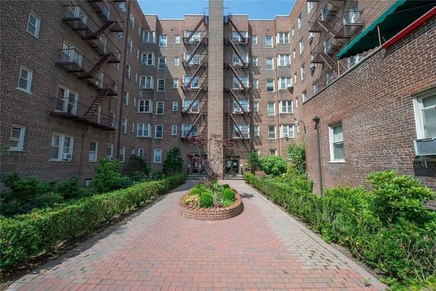 10000000, Jamaica Hills, NY, 11432 - Photo 2